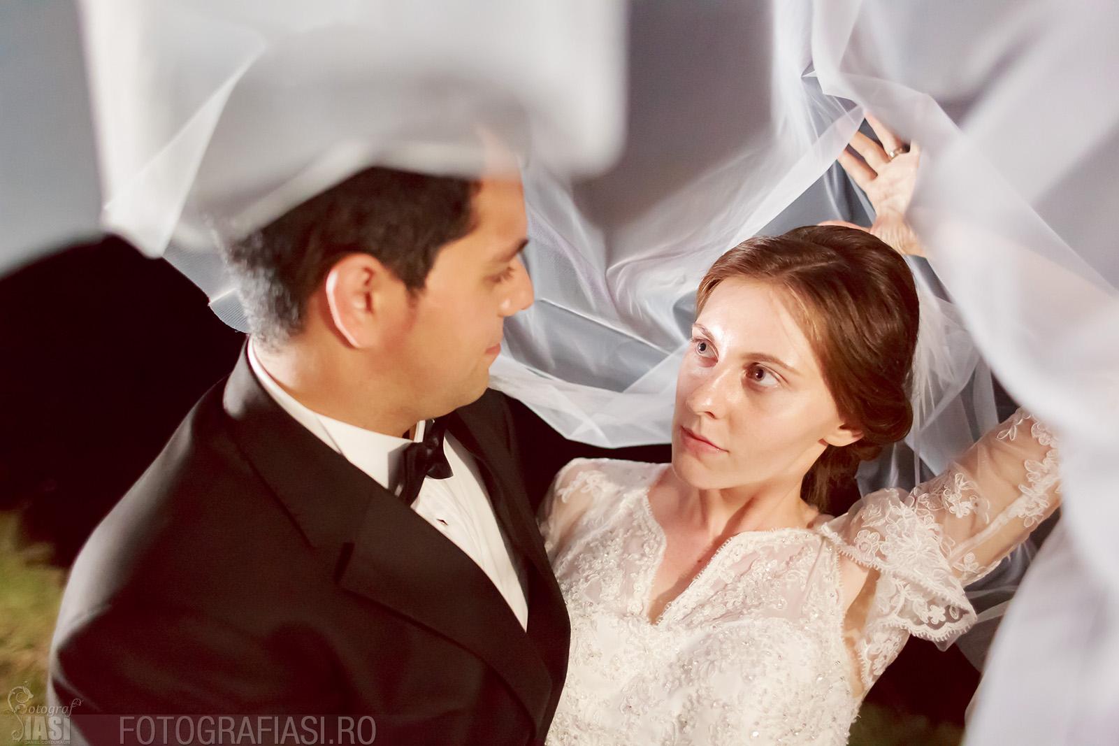 Fotografie de nunta realizata in intuneric deplin, noaptea, in plin camp, folosind lumina continua